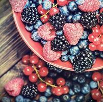mirtilos frescos, groselhas, amoras, cranberries foto