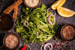 salada fresca de primavera com rúcula. foto