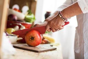 preparando salada de frutas