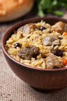 saborosa refeição tradicional de pilaf com arroz, carne frita, cebola e