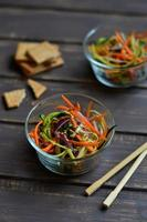 salada fresca com abobrinha e cenoura em estilo asiático foto