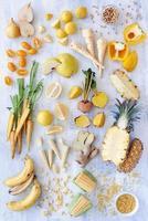 variedade de produtos frescos em tons de amarelo