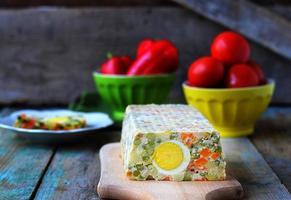 pão de legumes com ovo. foco seletivo foto