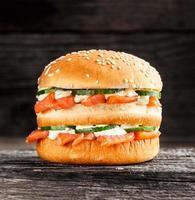 hambúrguer duplo com salmão