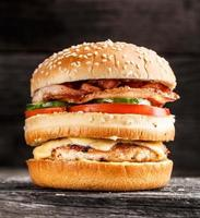hambúrguer duplo com frango, bacon e legumes