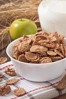 pequeno-almoço saudável - muesli de grão inteiro com uma noz foto