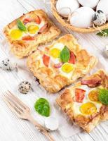 torta de ovos de codorna com tomate foto