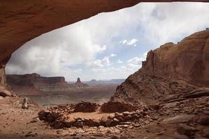alpinista tem vista para o parque nacional de canyonlands utah foto