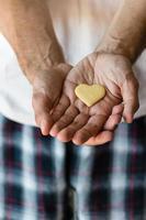 coração de biscoito nas mãos