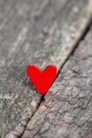 corações vermelhos na superfície de madeira rústica foto