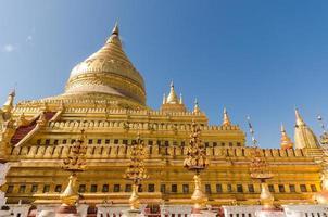 pagode shwezigon sagrado no sítio arqueológico de bagan. um de cinco foto