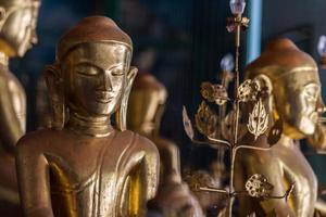 fechar Buda no templo yangon myanmar foto
