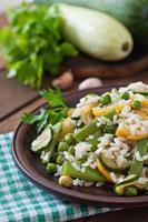 risoto com aspargos, abobrinha e ervilhas verdes foto