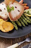 bife de atum grelhado servido com aspargos com zmieniakami assado foto