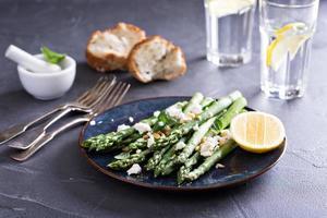 salada quente com aspargos, queijo feta e limão foto