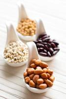 conjunto de coleta de feijão, legumes, ervilhas, lentilhas na colher de cerâmica foto