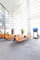 moderna sala de espera do terminal do aeroporto foto