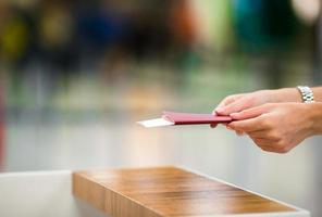 closeup passaportes e cartão de embarque no aeroporto interior foto