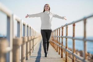 jovem mulher com os braços abertos andando