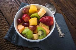 conceito de café da manhã saudável, tigela de frutas foto