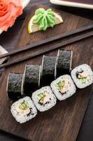 rolos de sushi com enguia, pepino e gergelim