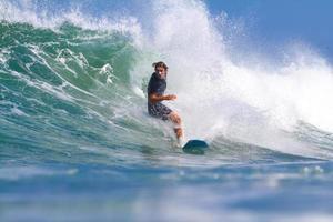 surfando uma onda. foto