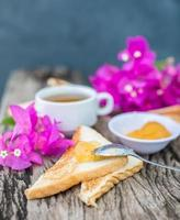 torradas com geléia de abacaxi e chá. café da manhã rústico foto