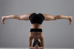 garota do yoga em asana