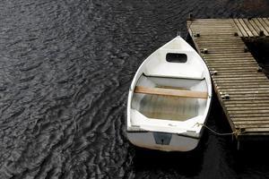 velho barco a remos branco