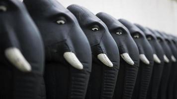 linha de esculturas de elefantes da linha de frente no templo