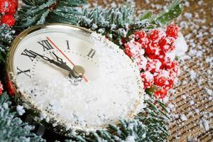 relógio de natal com decoração de inverno foto