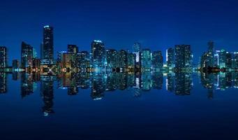 panorama de noite do horizonte de miami foto