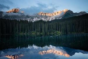 manhã lago montanha