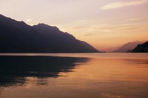 pôr do sol no lago suíço