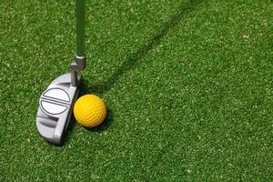 vista superior do clube e bola de golfe foto