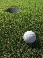 3d bola de golfe por buraco foto