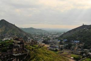 grande muralha ao redor de âmbar fort jaipur, rajasthan, índia foto