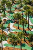 Vista aérea de um campo de golfe em miniatura.