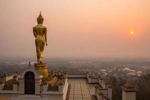 Buda em pé em uma província de nan de montanha, Tailândia foto