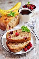 pão de banana com bananas maduras e cranberries congelados foto