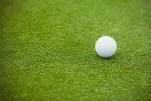 bola de golfe no gramado verde