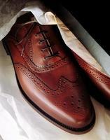 novo par de sapatos masculinos foto