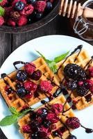 doce café da manhã, waffles com frutas foto