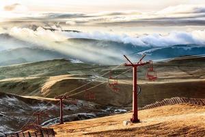 teleférico nas montanhas na luz solar