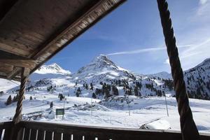 bela vista de uma cabana de esqui na Áustria