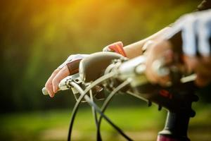 jovem mulher andando de bicicleta foto
