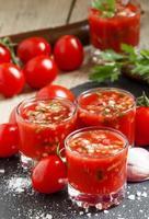 suco de tomate com legumes e tomate fresco