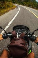 dirigindo uma scooter