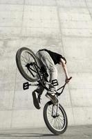 jovem ciclista de bicicleta bmx