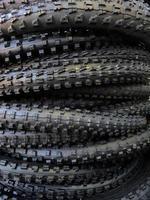 pilha de pneus mtb foto